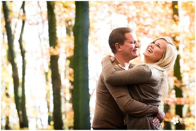 loveshoot romantische fotoshoot stel spontaan in de natuur pre weddingshoot Limburg