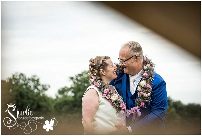 Spontane bruidsfotografie in het gemeentehuis in Hee